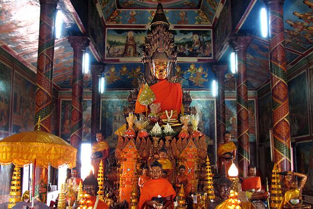 buddha statue in wat phnom phnom penh, Cozy Vietnam Travel