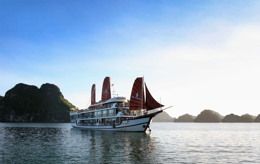 Escapes Sails in Lan Ha Bay, Cozy Vietnam Travel